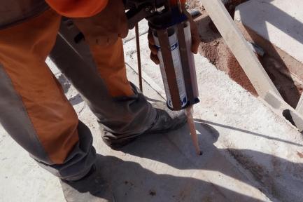 Aplicação da resina e fixação do vergalhão no radier