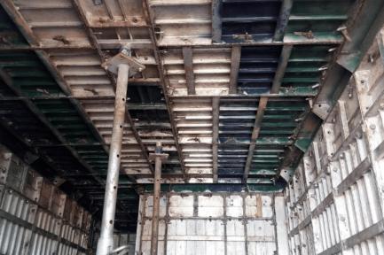 Formas prontas para moldagem e casa após a desmontagem das formas